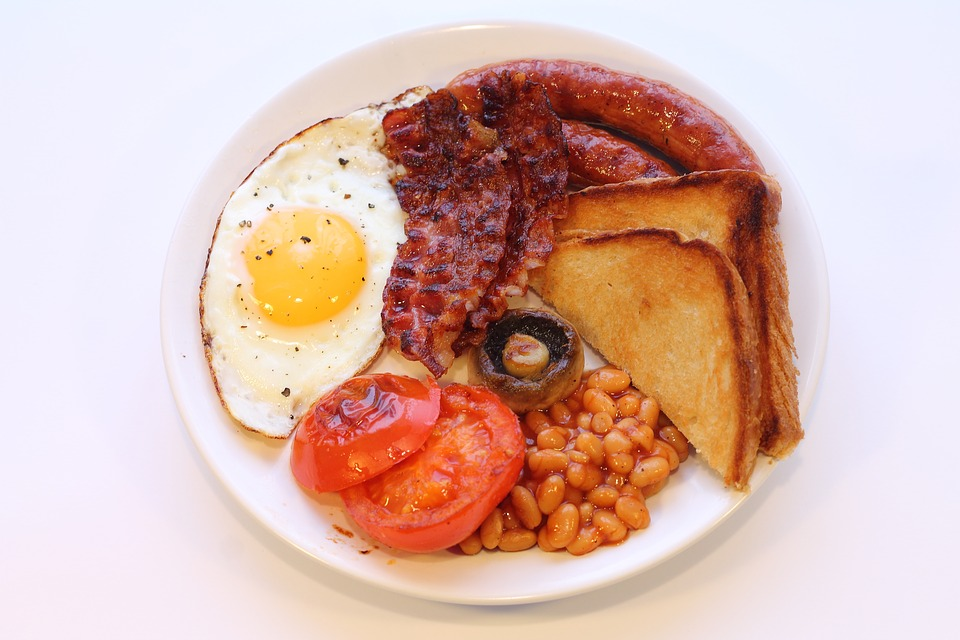 English Breakfast Fry Up Includes Fried Sausage, Bacon, Egg, Mushrooms, Tomatoes, Baked Bakes Served With Toast.